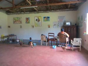 Kinder und Erwachsene in einem der neuen Räume